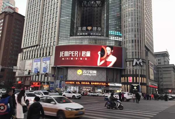 长春西安大路与同志街交汇苏宁电器楼面LED显示屏