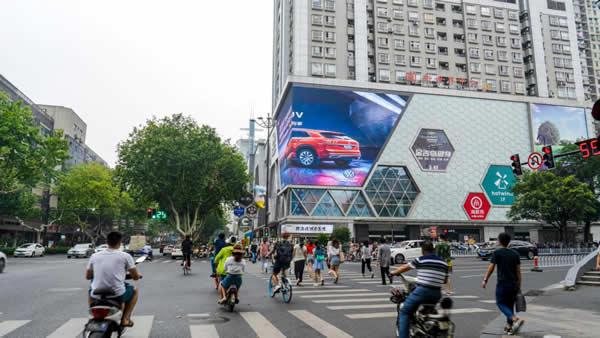 南京珠江路新世界百货西北立面LED广告牌
