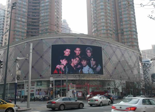 上海长寿路巴黎春天屏LED广告大屏