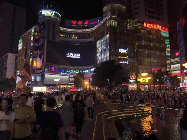 沙坪坝三峡广场拉摩国际新青年购物中心LED