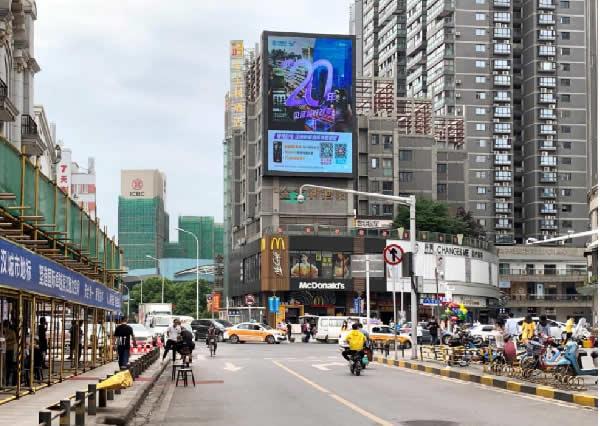 武汉江汉路步行街宝利金广场朝北户外led大屏
