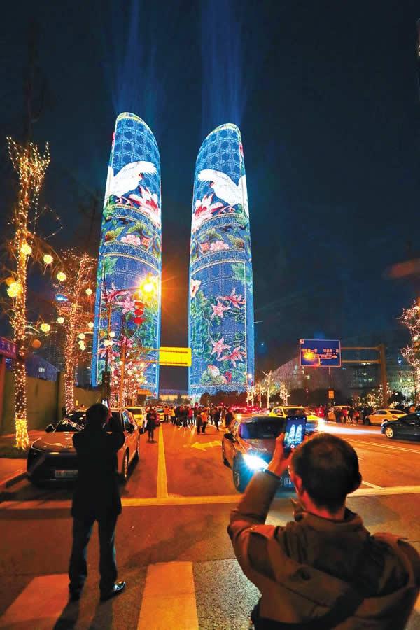 成都天府国际金融中心双塔灯光秀广告