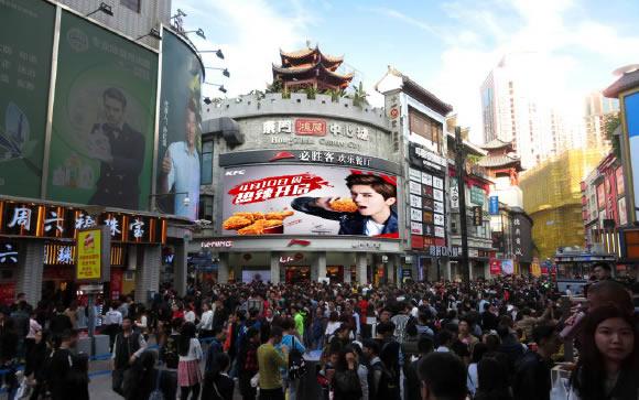 深圳东门步行街鸿展中心城LED大屏