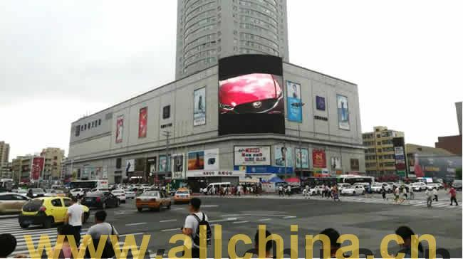长春市红旗街巴黎春天百货大楼广告屏