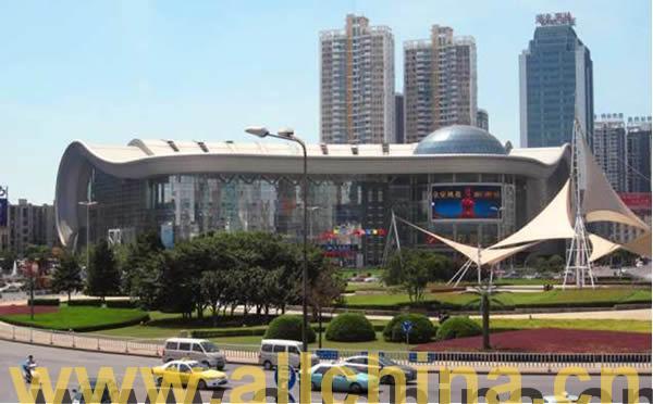武汉光谷广场步行街户外电子广告